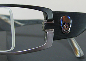 Skull Design auf eleganter Brille